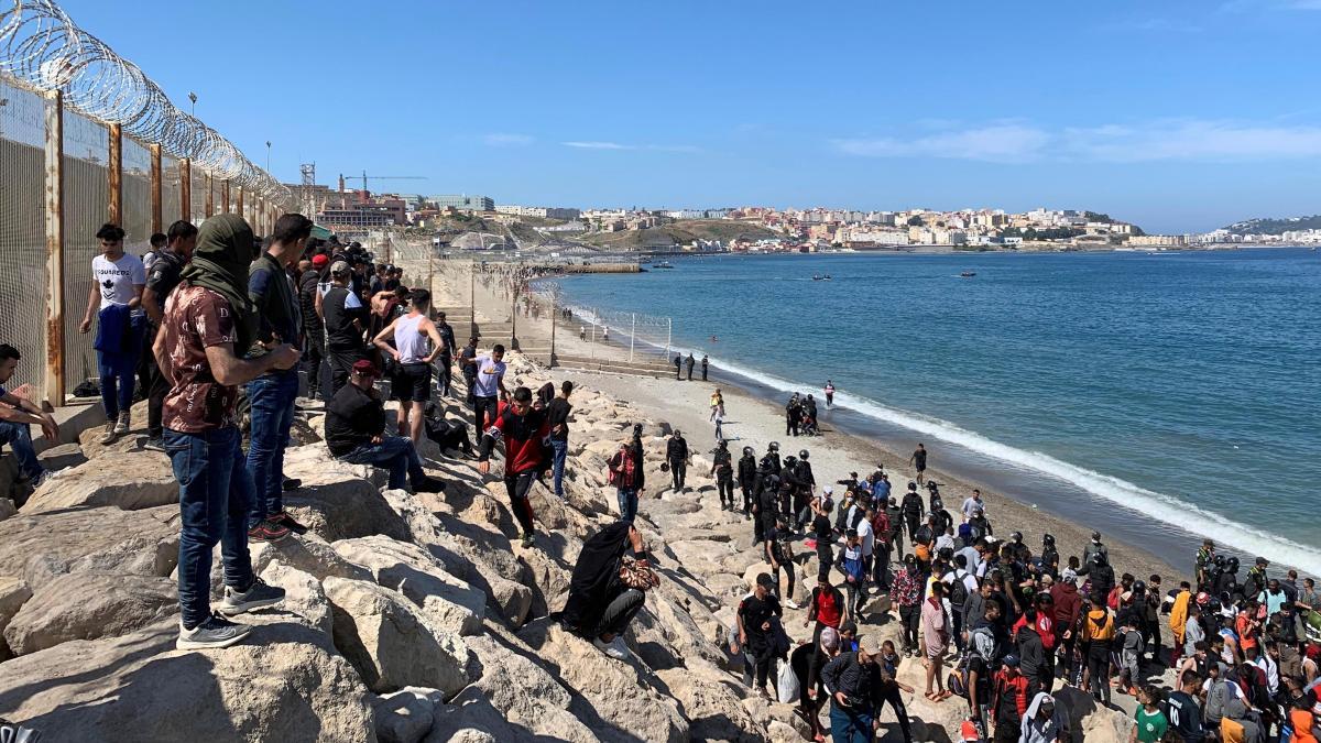 Ceuta, una ciudad confinada donde solo los migrantes deambulan por las  calles