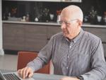Fotografía de un jubilado consultando su plan de pensiones. Los planes de pensiones se pueden cambiar de banco.