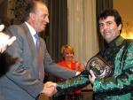 Xavier Sala i Martín recibe del rey Juan Carlos I un premio económico en el año 2004