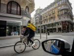 Un rider de Glovo atiende a un pedido durante el tercer día laborable desde que se decretó el estado de alarma