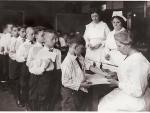 Niños recibiendo la vacuna contra la difteria, ciudad de Nueva York, década de 1920.