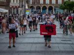 Varias personas protestan durante la manifestacion ilegal Pamplona (Navarra) en favor del preso de ETA, Patxi Ruiz, en huelga de hambre en la carcel Murcia II.