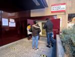 Varias personas frente a una oficina de empleo en Madrid (España), a 5 de enero de 2021