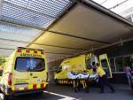 Llegada de un enfermo en ambulancia al hospital Arnau de Vilanova, este martes en Lleida