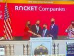 El fundador y presidente Dan Gilbert, el CEO Jay Farner y otros ejecutivos de Rocket Companies tocaron la campana de apertura en la Bolsa de Nueva York