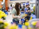 Una joven utiliza uno de los sistemas para cobrarse por sí mismo recién instalados en Walmart