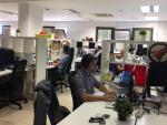 Varios trabajadores comparten oficina en un espacio de coworking