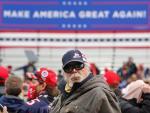 Simpatizantes de Trump esperan la llegada del presidente en Erie, Pensilvania.