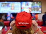 Un seguidor de Donald Trump sigue la noche electoral en Las Vegas