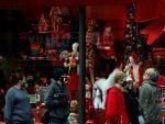 Un grupo de turistas pasa por delante del escaparate navideño de Macy's en una ciudad inusualmente vacía