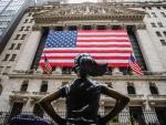 Fachada del New York Stock Exchange adornada con una bandera gigante de Estados Unidos