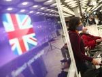 Varios viajeros llegan al aeropuerto de Barajas tras cerrarse los vuelos con Reino Unido