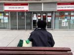 Persona espera oficina de empleo SEPE desempleo parado