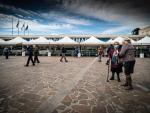 Varias personas de avanzada edad esperan ser vacunadas en Nápoles el día que Italia canceló la vacunación con Astrazeneca