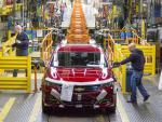 Dos operarios de General Motors trabajan en una planta de Detroit en un modelo Chevrolet