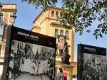 Varios carteles recordando la Semana Santa del pasado en el puente de Triana, en Sevilla
