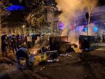 Un grupo de manifestantes en Barcelona enciende una barricada. /Europa Press