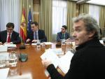 El ministro de Sanidad, Salvador Illa (1i), habla con el presidente del Gobierno, Pedro Sánchez (2i), acompañados del director del Centro de Coordinación de Alertas y Emergencias Sanitarias del Ministerio de Sanidad, Fernando Simón (frente a Sánchez), dur