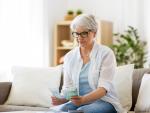 Fotografía de una jubilada que cobra la pensión mínima de jubilación. La cuantía de la pensión mínima de jubilación varía en función de la situación personal del beneficiario.
