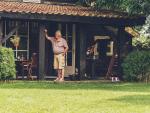 Fotografía de un jubilado en su vivienda en alquiler, Pagar el alquiler puede suponer invertir en ello buena parte de la pensión.