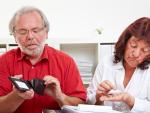 Fotografía de dos jubilados contando el dinero de la pensión. El dinero de la pensión puede ser embargado.
