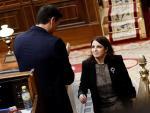 La portavoz del PSOE, Adriana Lastra, recibe el aplauso del candidato a la Presidencia del Gobierno, Pedro Sánchez