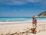 Fotografía de un jubilado en las playas de Grecia. El Gobierno griego presenta una tarifa plana de impuestos para atraer jubilados.