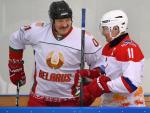 El presidente bielorruso, Alexander Lukashenko, charla con el ruso, Vladimir Putin, en un partido de hockey sobre hielo