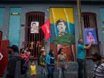 Varias personas en una calle de Caracas en la víspera de las elecciones en Venezuela