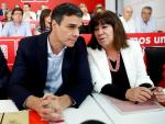 El secretario general del PSOE, Pedro Sánchez (i), y la presidenta, Micaela Navarro (d), en la reunión del Comité Federal del PSOE (EFE/Chema Moya)