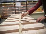 Imagen de archivo de un almacén de urnas y papeletas.EFE