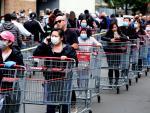 Imagen de una cola en la puerta de un supermercado en Estados Unidos durante la pandemia