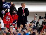 Trump anima a simpatizantes a su llegada a un mitin en Erie, Pensilvania.