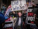 Un seguidor de Joe Biden se manifiesta junto a un centro electoral en Filadelfia