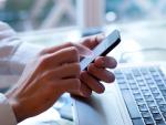 Un trabajador pidiendo el informe de vida laboral vía SMS