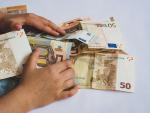 Fotografía de una donación con billetes de euro.