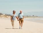 Fotografía de dos jubilados en un viaje del Imserso.