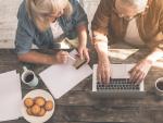 Dos jubilados en el ordenador, pensionistas, pensiones