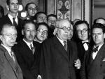 Lluis Companys y Manuel Azaña, junto a otros diputados y periodistas, en Barcelona en 1932