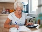 Fotografía de una pensionista haciendo la declaración de la Renta.