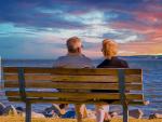 Jubilados, pensionistas, sentados en un banco