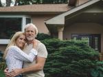 Fotografía de los propietarios de una casa heredada.
