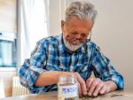 Fotografía de un trabajador ahorrando dinero para la jubilación.