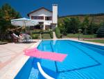 Fotografía de una casa con piscina privada.