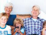 Fotografía de dos jubilados con sus nietos.