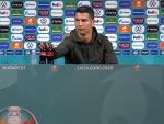 Momento en el que Cristiano Ronaldo apartan las botellas de Coca Cola