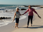 Fotografía de dos jubilados que disfrutan de los viajes del Imserso.