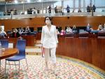 La presidenta en funciones y candidata a la Presidencia de la Comunidad de Madrid, Isabel Díaz Ayuso, entra en el hemiciclo de la Asamblea de Madrid para asistir a la primera jornada del debate de investidura este jueves
