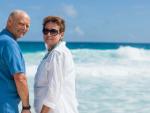 Fotografía de una pareja de jubilados en un viaje.