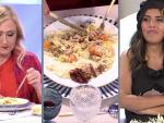 Cristina Cifuentes probando el plato de Isa Pantoja
